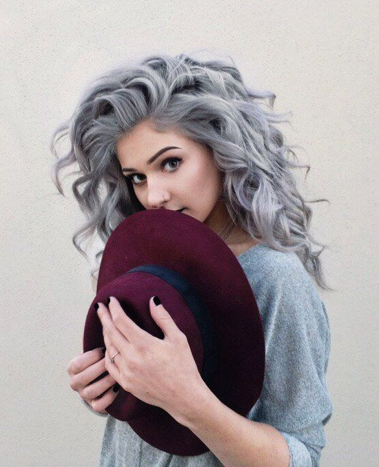 Серые волосы: густые пепельные локоны