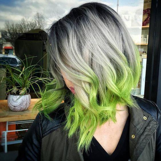 Серые волосы: длинный волнистый боб с зелеными кончиками