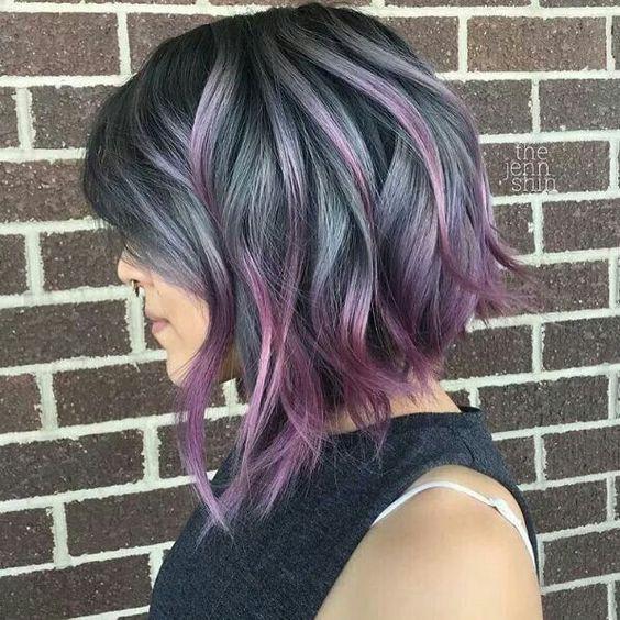 Серые волосы: длинный волнистый боб с сиреневыми кончиками