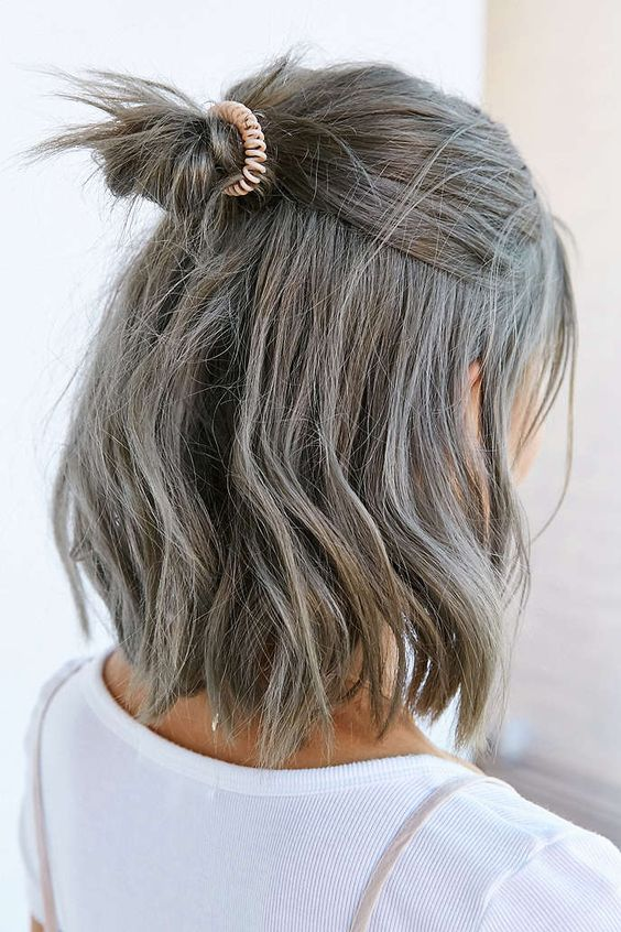 Серые волосы: боб-каре с небрежным пучком