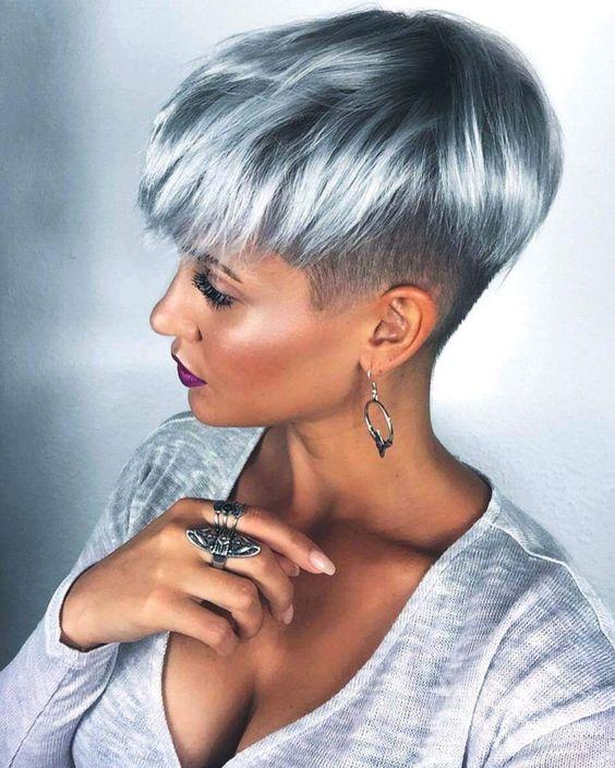 Серые волосы: стрижка пикси на блестящих волосах серо-голубого дымчатого оттенка