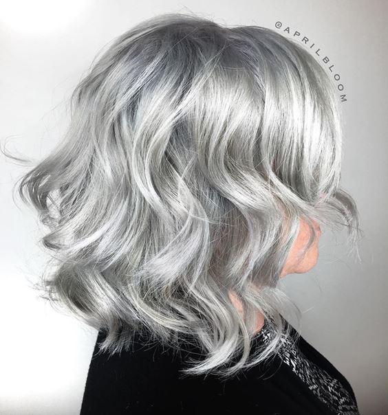 Серые волосы: волнистый боб-каре стального оттенка