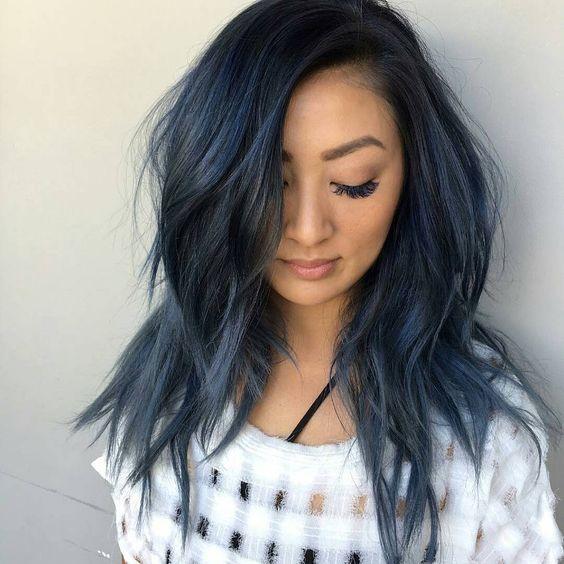 Синие волосы - длинные растрёпанные пряди приглушённого серо-синего оттенка
