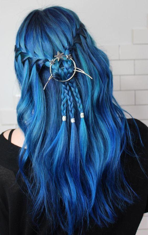 Синие волосы - яркий голубой цвет с косой-водопадом