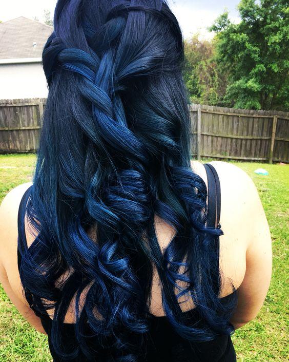 Синие волосы - длинные кудри для выпускной прически