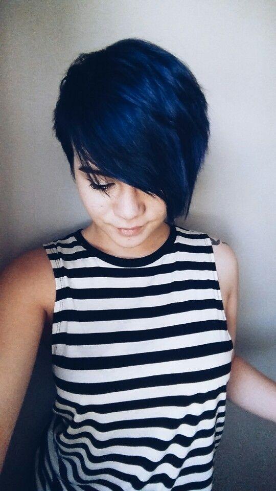 Синие волосы - короткая стрижка с длинной чёлкой