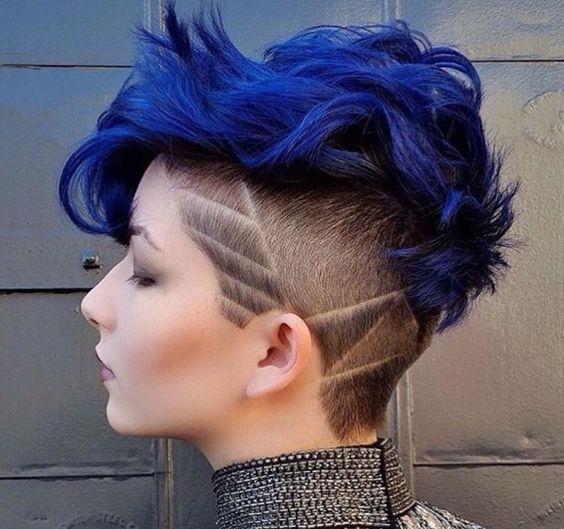 Синие волосы - фигурно-бритой голова и яркая макушка