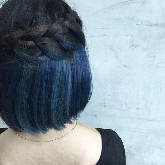 Синие волосы - боб-каре  с натуральными тёмными и синими прядями с косичкой