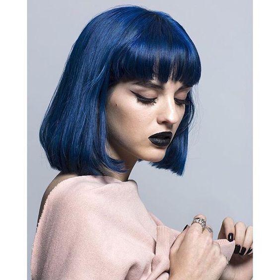 Синие волосы - боб-каре с прямой чёлкой