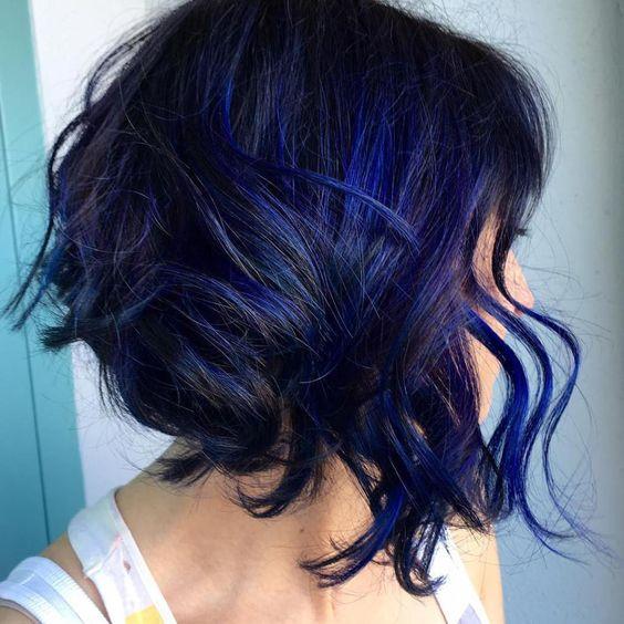 Синие волосы - яркий пряди для брюнеток с растрёпанными локонами