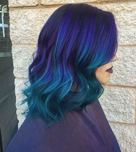 Синие волосы - средняя длина, омбре  с фиолетовыми и бирюзовыми прядями