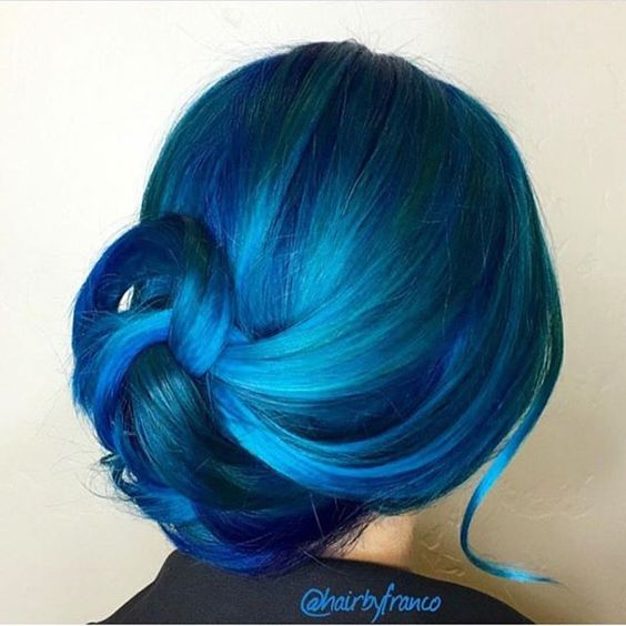 Синие волосы - сияние голубого и бирюзового в растрёпанном низком пучке
