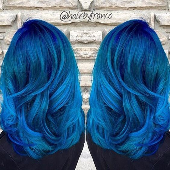 Синие волосы - густые волнистые индиго-локоны средней длины