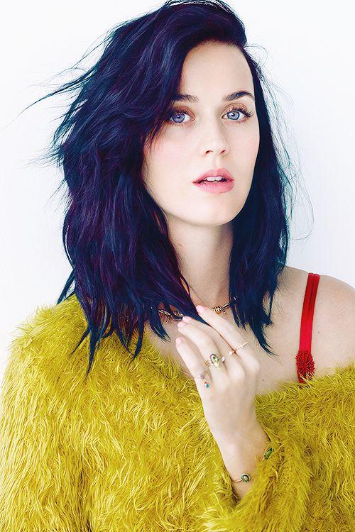 Синие волосы - Кэти Перри в жёлтом свитере