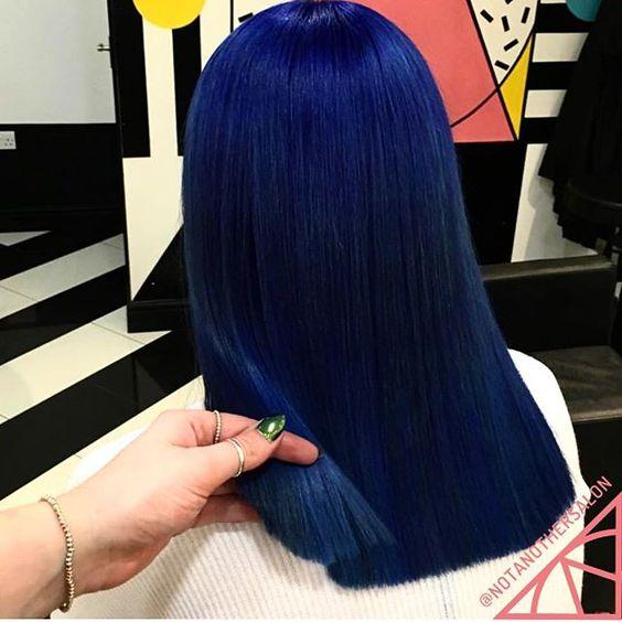 Синие волосы - прямые средней длины глубокого сапфирового оттенка