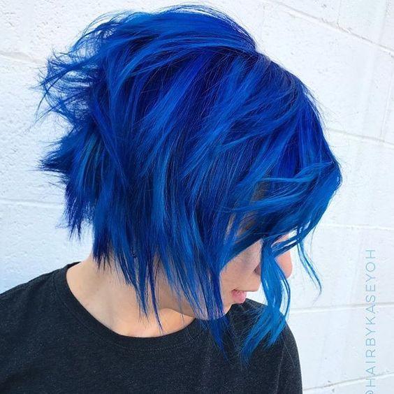 Синие волосы - короткий ступенчатый боб-каре в электрическом оттенке