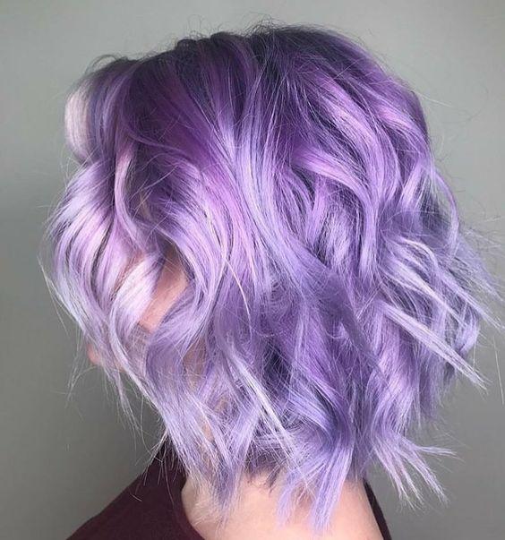 Сиреневые и лиловые волосы: яркий сиреневый боб-каре с растрёпанными локонами