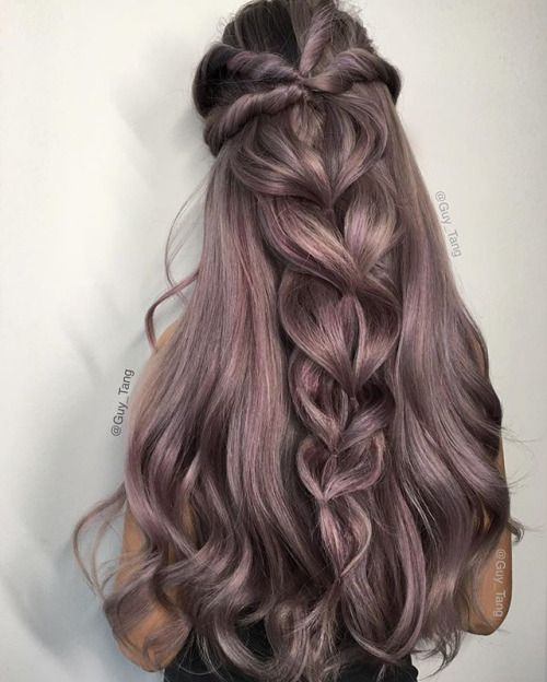 Сиреневые и лиловые волосы: приглушённый пепельно-сиреневый цвет на длинных волосах с толстой косой