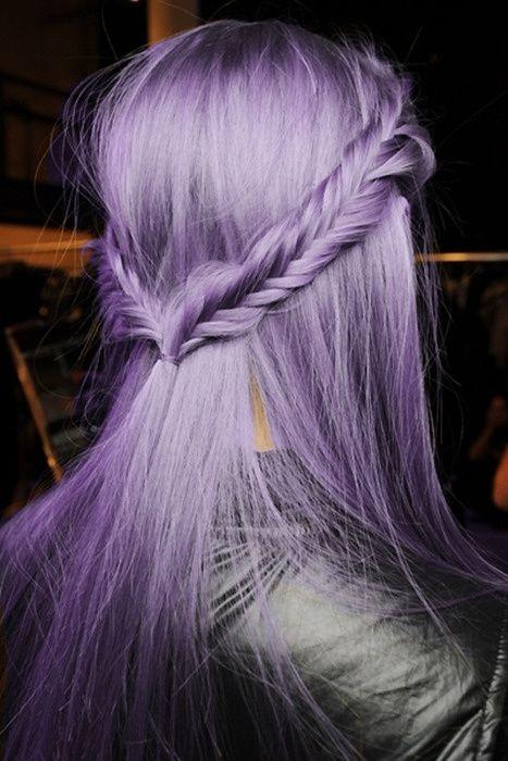 Сиреневые и лиловые волосы: яркие длинные волосы с французской косой