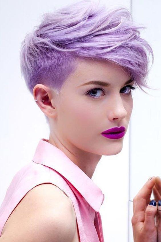 Сиреневые и лиловые волосы: короткая стрижка с бритыми висками