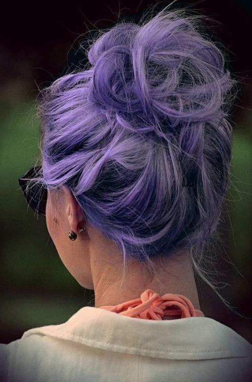 Сиреневые и лиловые волосы: высокий яркий пучок