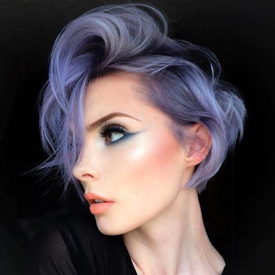 Сиреневые и лиловые волосы: короткая стрижка со светло-фиолетовыми прядями