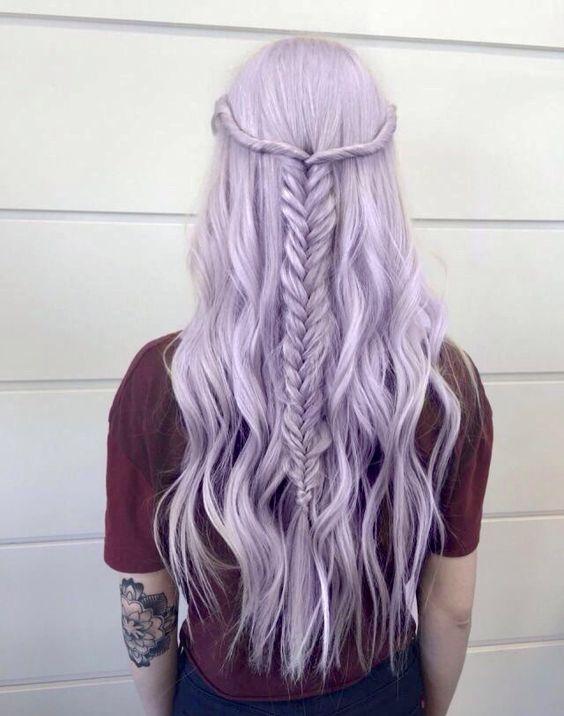 Сиреневые и лиловые волосы: длинные бледно-сиреневые волосы с французской косой