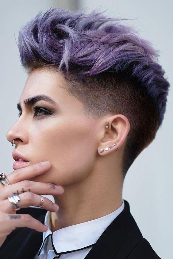 Сиреневые и лиловые волосы: короткая стрижка пикси с выбритыми висками