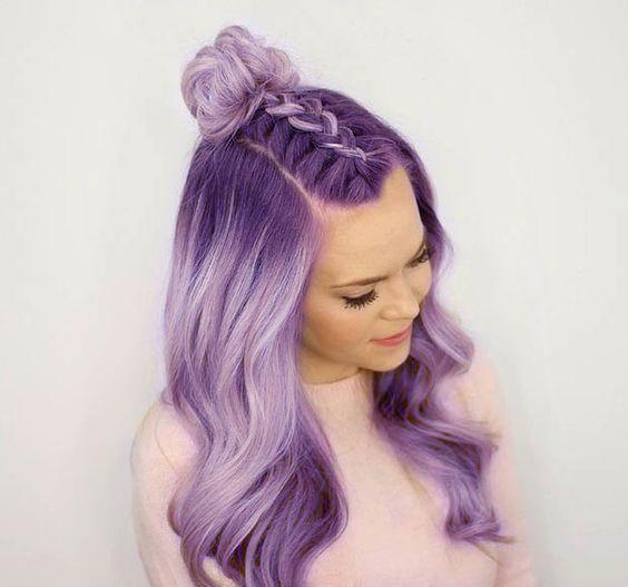 Сиреневые и лиловые волосы: омбре с косой-колоском