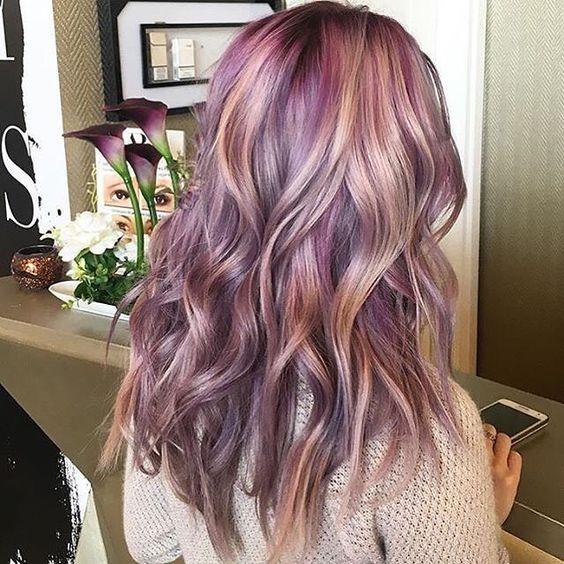 Сиреневые и лиловые волосы: длина до лопаток, цветные розово-фиолетовые локоны