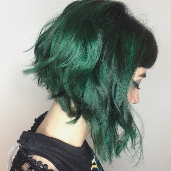 Зелёные волосы - асимметричное каре с лёгкими локонами