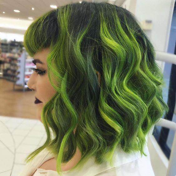 Зелёные волосы - боб-каре с чёлкой и локонами