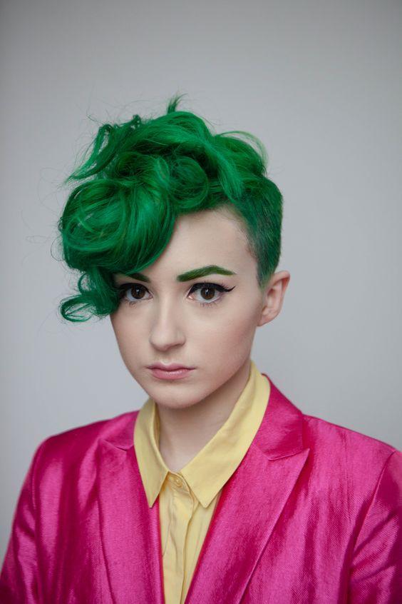 Зелёные волосы - короткая стрижка с пышной передней зоной