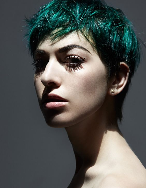 Зелёные волосы - стрижка пикси в тёмно-изумрудном оттенке