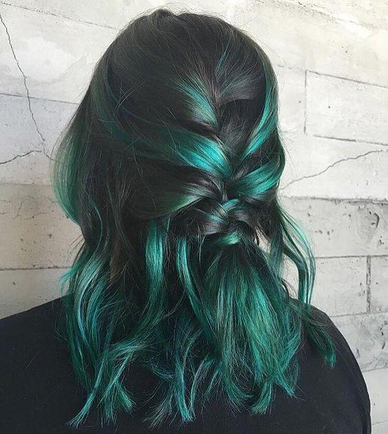 Зелёные волосы - расслабленный стиль с косичкой