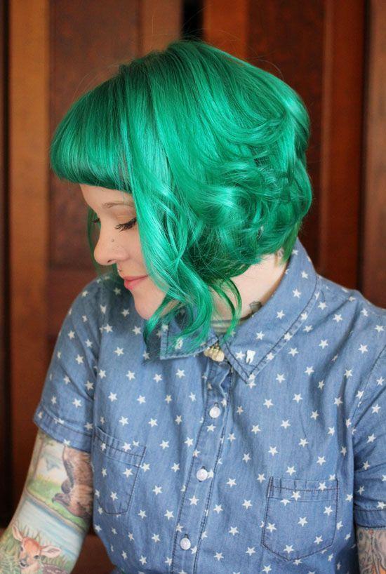 Зелёные волосы - кудрявое боб-каре с короткой чёлкой