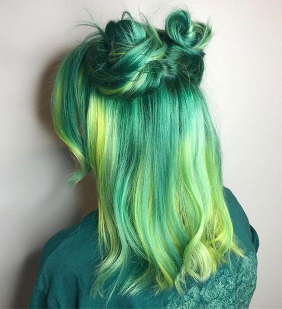 Зелёные волосы - средняя длина с пучками