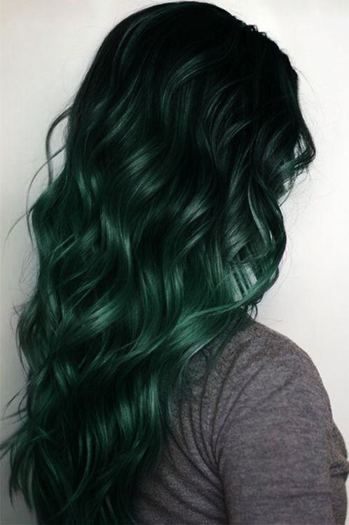 Зелёные волосы - длинные волнистые локоны изумрудного цвета