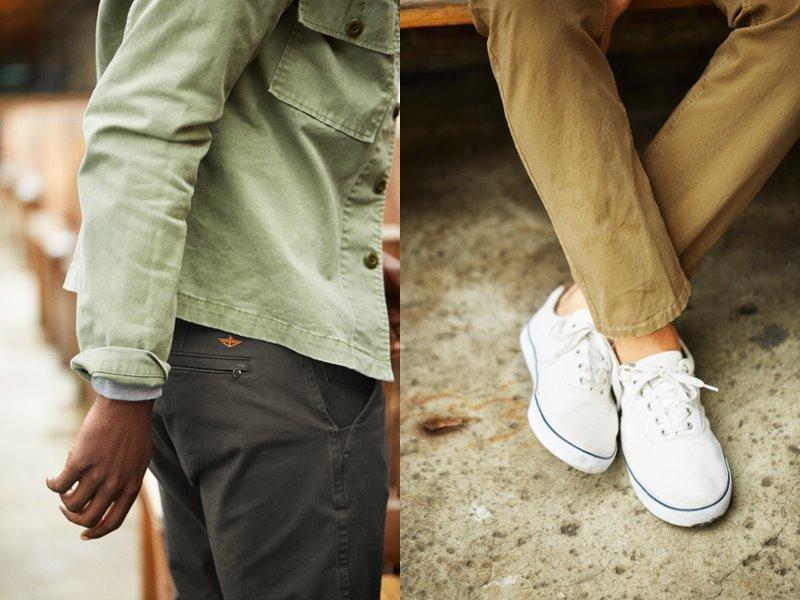 Коллекция мужской одежды Dockers осень-зима 2017-2018 - рубашка светлая хаки и белые кеды под бежевые джинсы