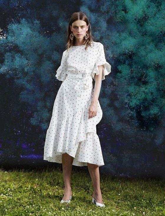 Платья в горошек весна-лето 2018 - белое миди с запахом и воланами
