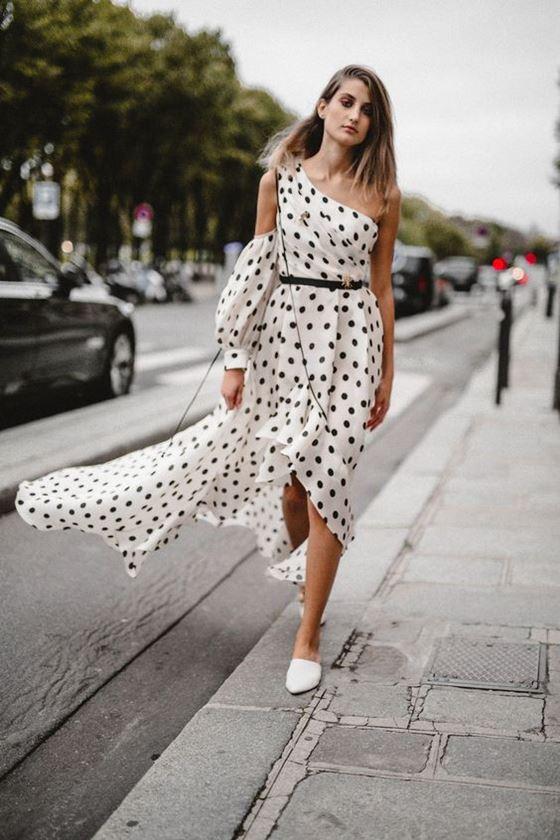 Платья в горошек весна-лето 2018 - асимметричный белый сарафан в чёрный горох