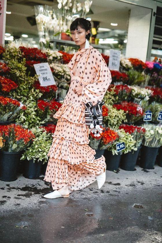 Платья в горошек весна-лето 2018 - персиковое многоярусное с длинными рукавами
