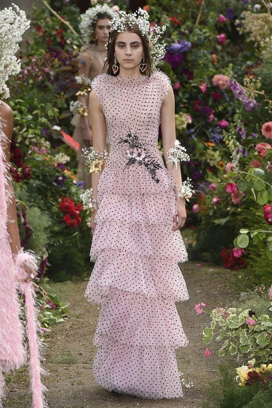 Платья в горошек весна-лето 2018 - длинное шифоновое розовое многоярусное