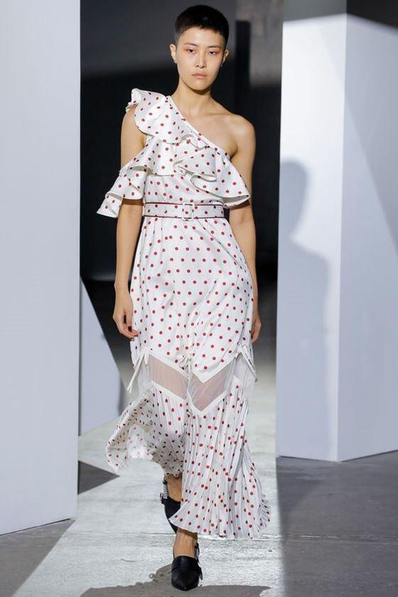 Платья в горошек весна-лето 2018 - длинное летнее белое асимметричное с воланами