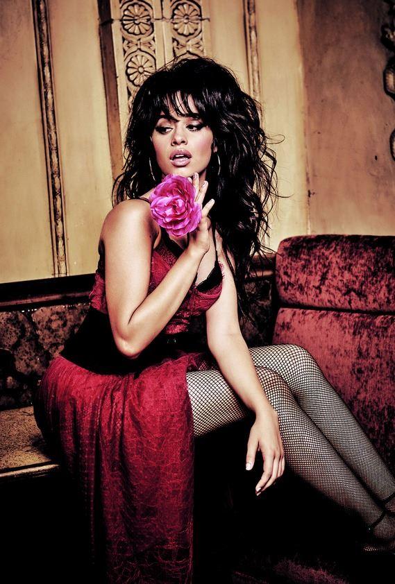 Рекламная кампания Guess Jeans Holiday 2017 - Камила Кабелло в красном платье