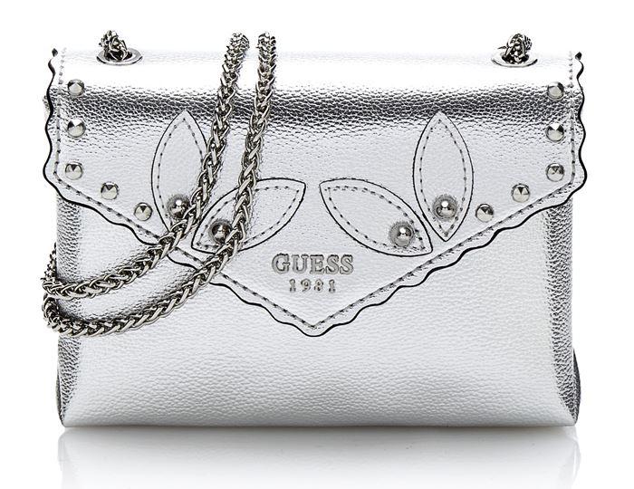 Коллекция сумок Guess весна-лето 2018 - серебристый клатч-конверт из с длинной ручкой-цепочкой