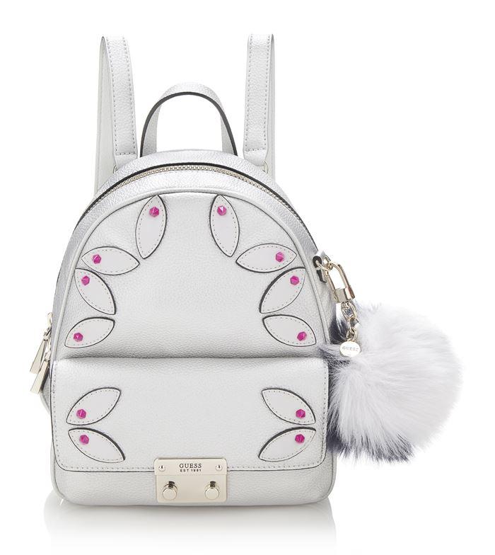 Коллекция сумок Guess весна-лето 2018 - маленький белый рюкзак с карманом и меховым помпоном