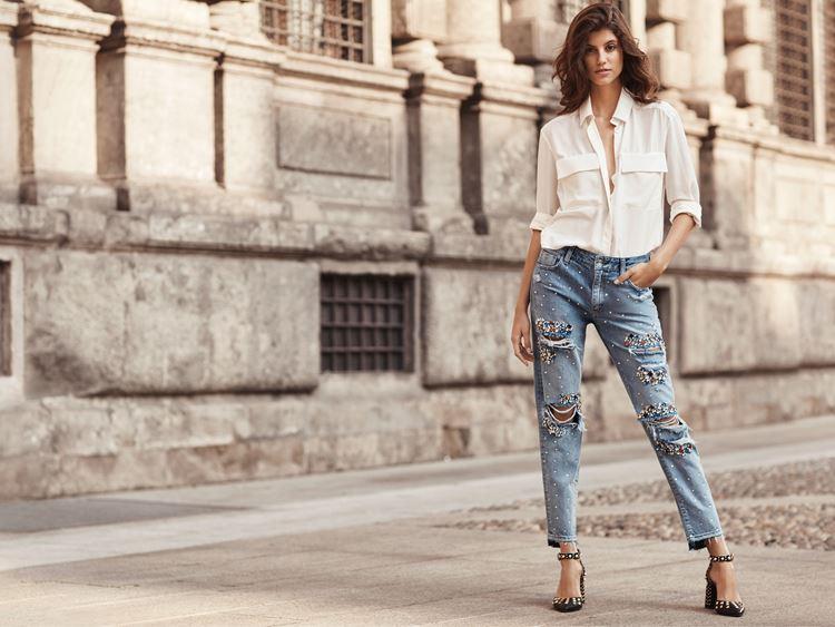 Рекламная кампания Liu Jo весна-лето 2018 - рваные джинсы и белая рубашка