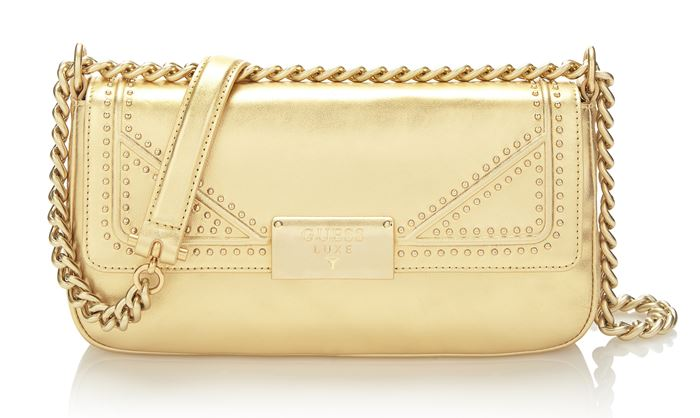 Сумки Guess Luxe весна-лето 2018 - золотая сумка-багет через плечо на ручке-цепочке
