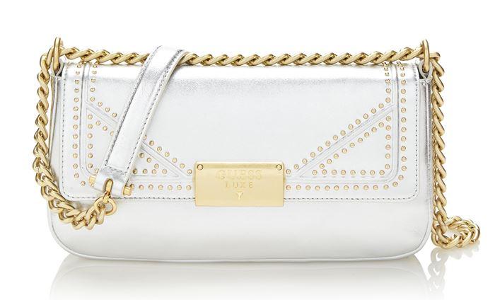 Сумки Guess Luxe весна-лето 2018 - серебряная сумка-багет через плечо на ручке-цепочке
